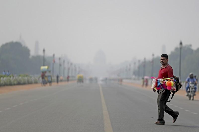 印度新德里是全球空汙最嚴重的城市,但大部分民眾卻不愛戴口罩。(美聯社)