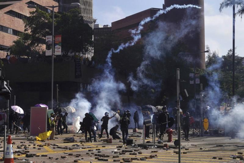 警方連續發射多輪催淚彈試圖驅散示威者,但示威者並未散去。(美聯社)