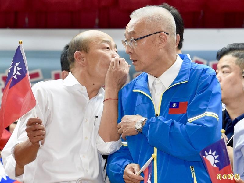 國民黨主席吳敦義(右)、總統參選人韓國瑜(左)17日至三重參加婦女後援會活動,為國民黨拉抬聲勢,兩人在台上近距離交換意見。(記者羅沛德攝)