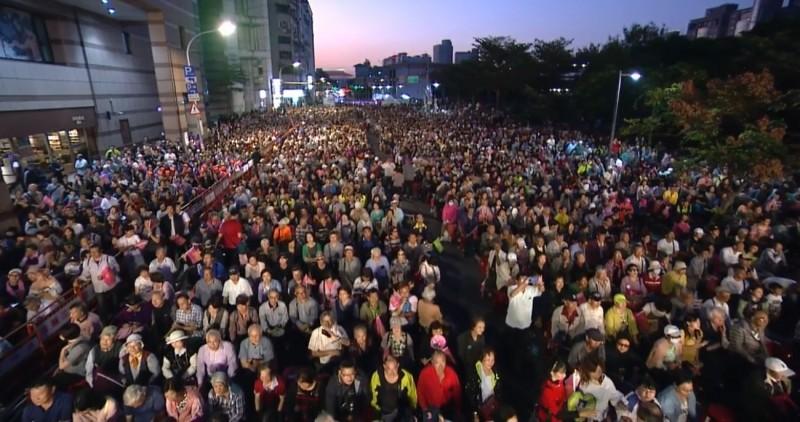 總統蔡英文在傍晚抵達台北競選總部現場,現場人數已經爆棚。(圖擷取自蔡英文臉書)