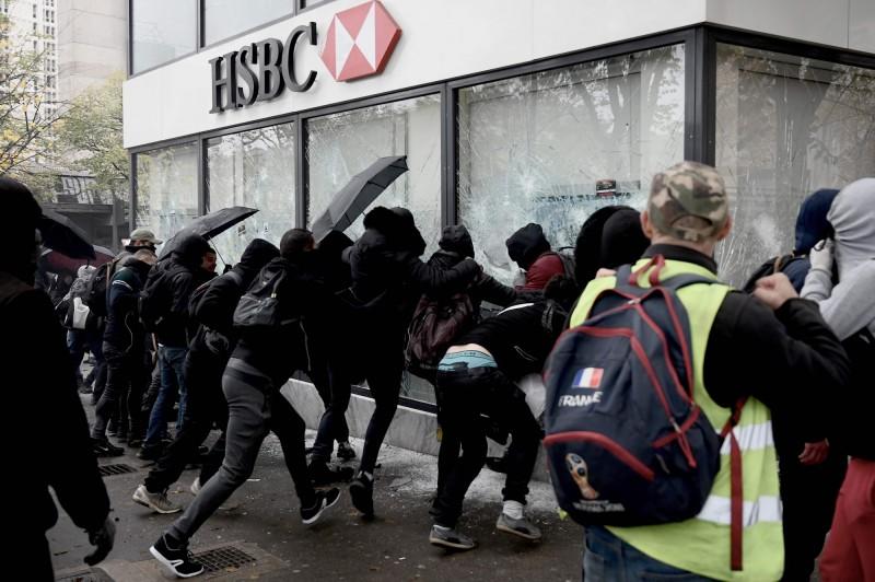 法國黃背心運動以行動聲援香港反送中運動,示威者破壞匯豐銀行巴黎分行。(法新社)