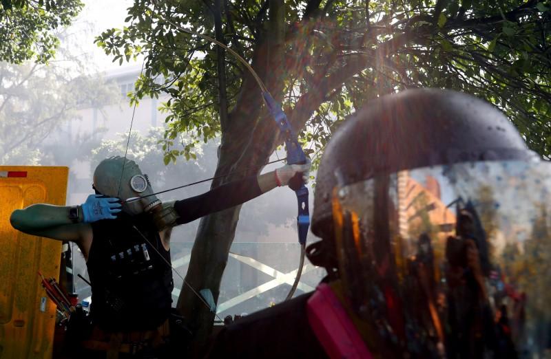 現場有示威者手持弓箭。(路透)