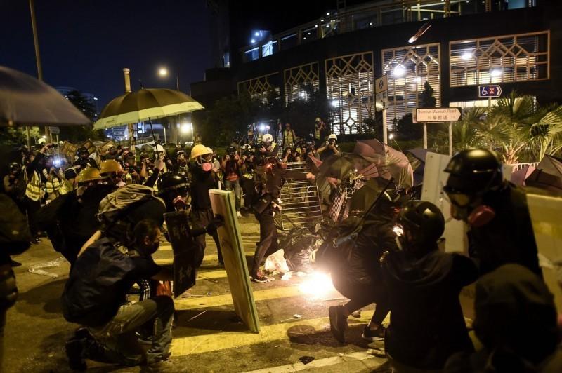昨晚約10點左右,防暴警察往理工大學方向推進並發射催淚彈,其後又和示威者發生激烈衝突。(法新社)