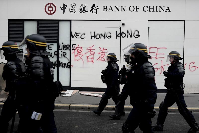 巴黎的中國銀行辦公室被塗上許多「挺港」字樣。(法新社)