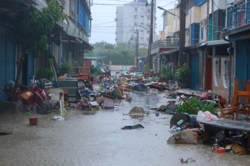 2009年,牛稠溪華興橋段潰堤,造成民雄金世界社區淹大水,住戶家具都泡水。(資料照)
