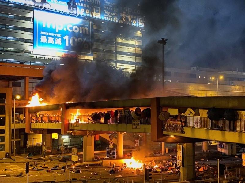 理工天橋靠港鐵紅磡一側燃起大火,橋頂遭到燒穿。(圖擷取自TG_香城教育電視)
