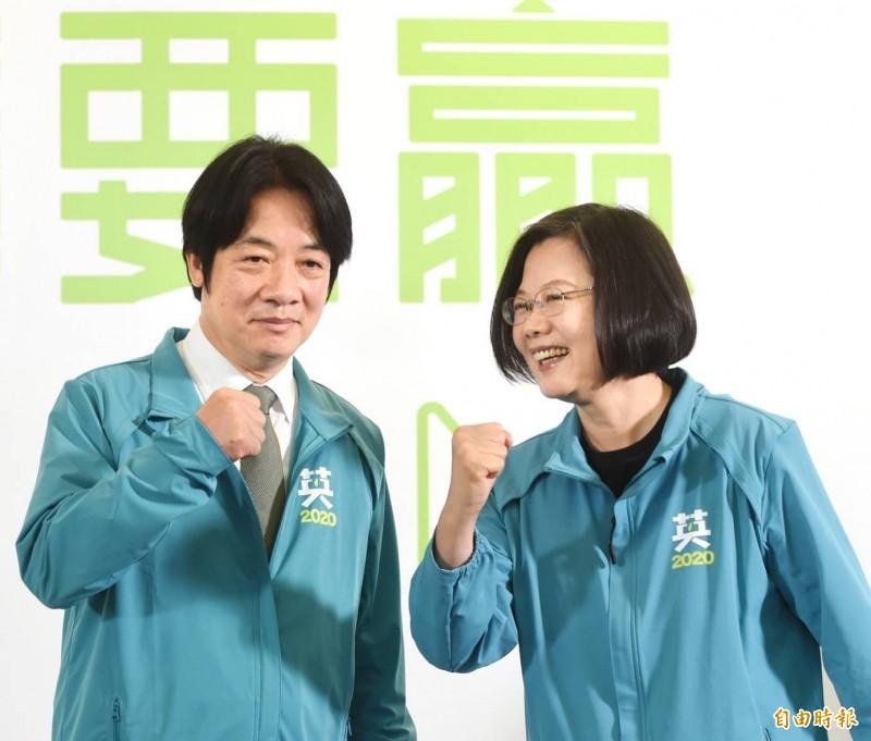 總統蔡英文(右)宣布與行政院前院長賴清德搭檔參選2020正副總統。(記者方賓照攝)