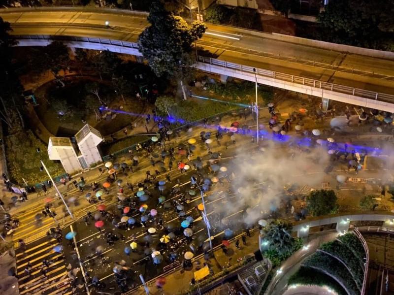 有大量市民聚集,不過遭到鎮暴警察阻擋,沒能往尖沙咀方向前進。(圖擷取自TG_星火同盟抗爭支援)