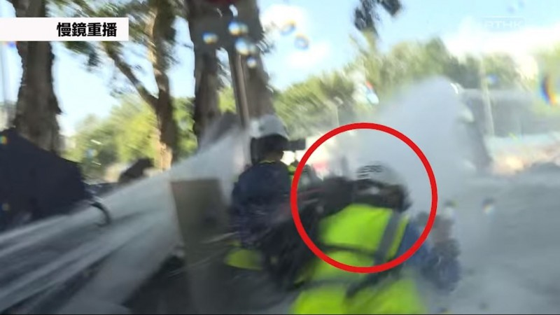 《癲狗日報》攝影記者李慶泉在非示威活動範圍遭香港警方高速水砲重擊,當場頭部濺血、休克,送醫確診腦出血、後腦骨折。(圖擷取自臉書_香港電台視像新聞 RTHK VNEWS)