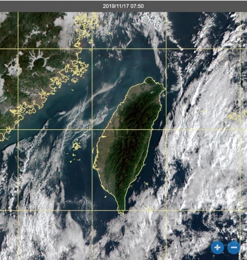 氣象局副局長鄭明典今上午也在臉書發文提醒,隨著周邊雲量增加,北方天氣系統接近中,天氣快變了!(圖擷自鄭明典臉書)