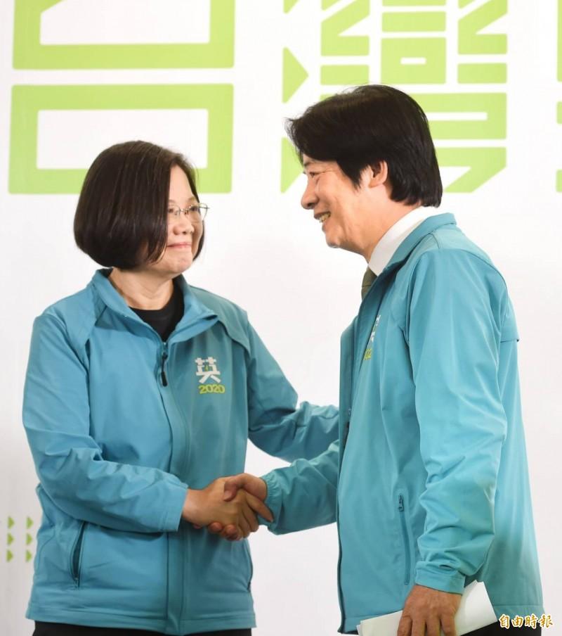 競選2020連任的總統蔡英文(左)今天上午召開記者會,宣布行政院前院長賴清德(右)為副手人選。(記者方賓照攝)