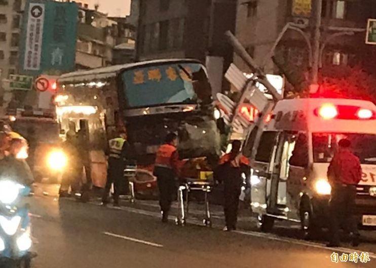 今天傍晚5點多一輛亞聯客運巴士在台北市羅斯福路、萬盛街口撞上分隔島,駕駛受困車內,警消隨即到場支援疏散以及指揮交通。(圖由現場民眾提供本報獨家使用)