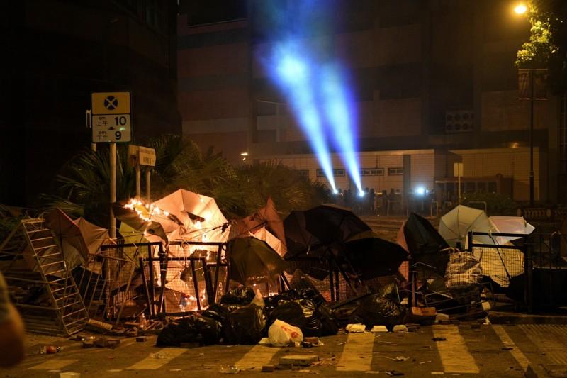 示威者利用雨傘及雜物構成障礙物,阻撓警方前進。(路透)