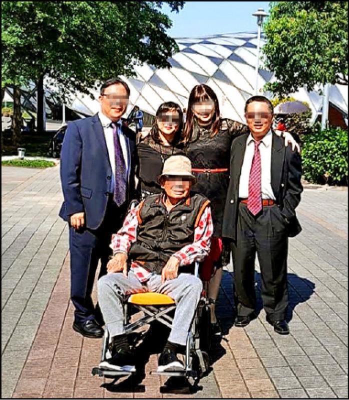 圖為羅姓老翁昔日與4子女一起參加家族婚禮的合影。 (取自臉書)