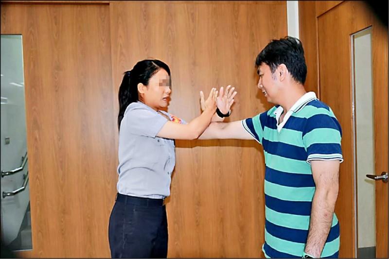 新竹縣政府拍攝「防狼任務」微電影時,請來高顏值的羅姓正妹警員示範防狼招式。(記者蔡彰盛翻攝)
