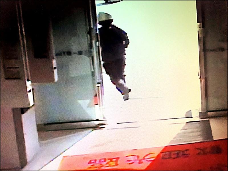 男子宋澄鑫涉搶劫台南一家銀行財物未遂,逃離現場的身影被監視器錄下。(記者王俊忠翻攝)
