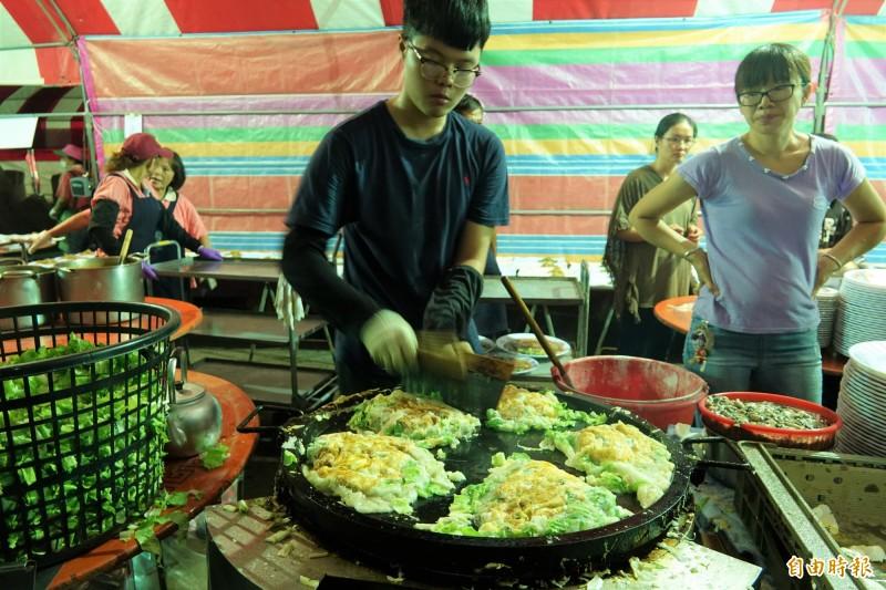 小吃宴的蚵仔煎,都是現場煎的。(記者劉曉欣攝)