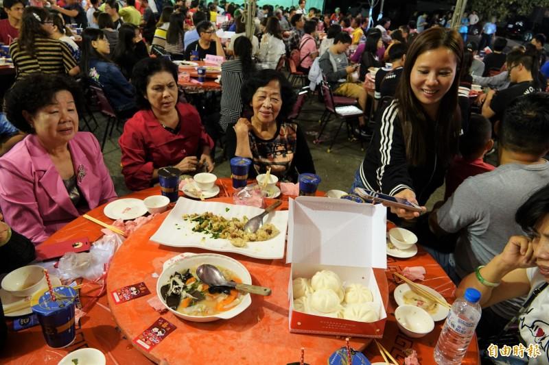 搶手的鹿港小吃宴,菜一上桌,民眾就先拍照。(記者劉曉欣攝)