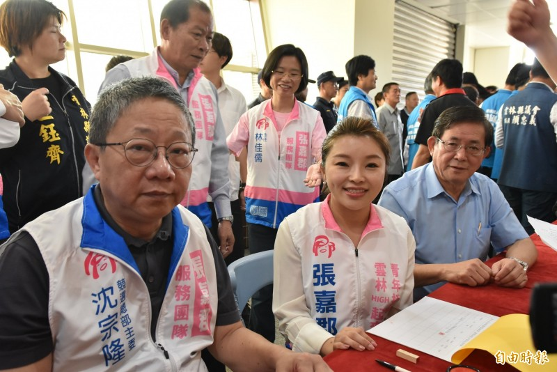 國民黨雲林立委第一選區參選人張嘉郡今天早上8點45分完成立委參選登記。(記者黃淑莉攝)