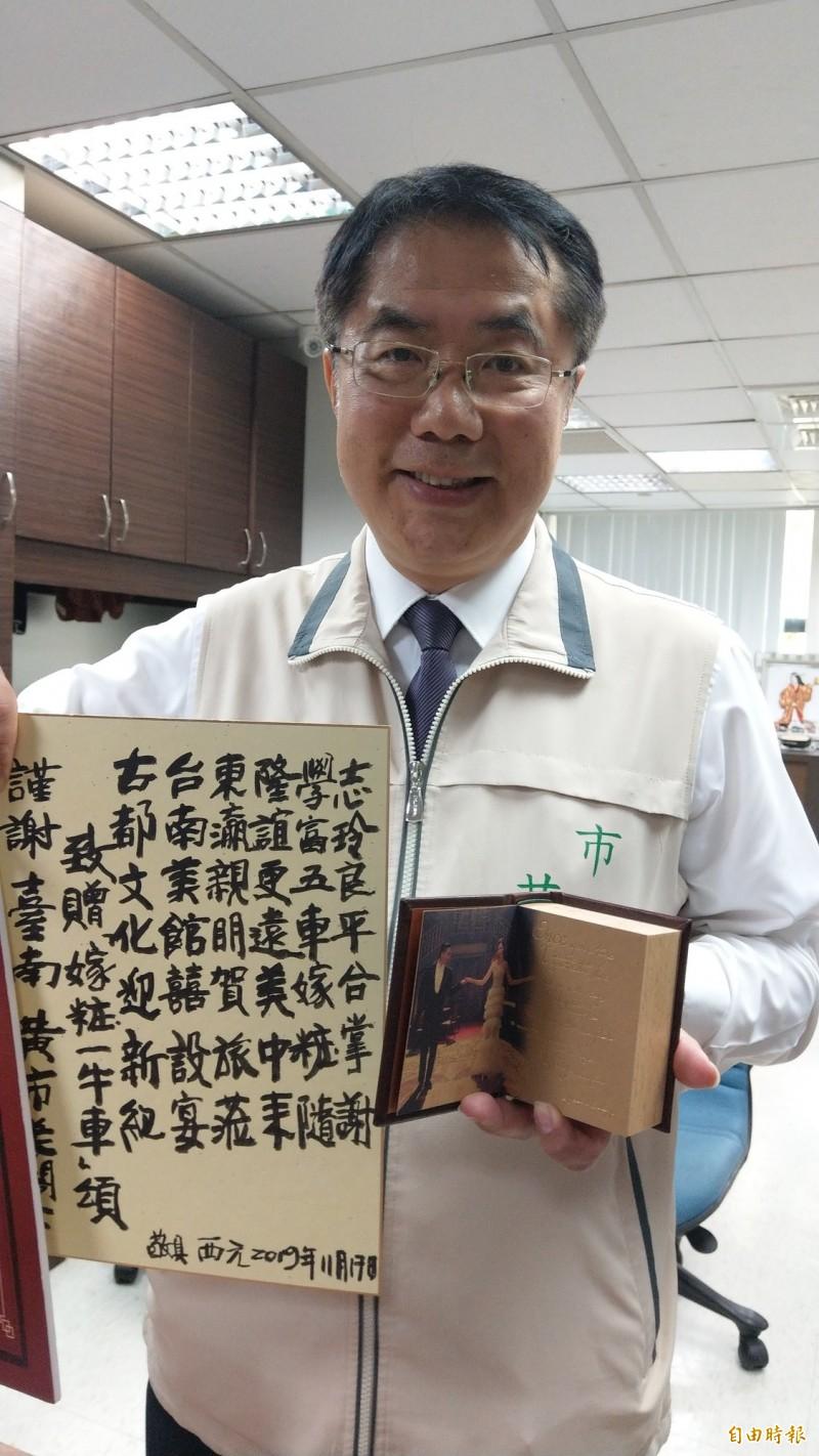 黃偉哲開心秀出林志玲與AKIRA的結婚紀念禮,以及林父林繁男的書法感謝。(記者劉婉君攝)