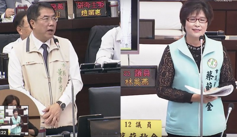 議員蔡蘇秋金(右)關心佳里區停車空間不足問題。市長黃偉哲(左)表示,停車問題沒解決,一直開單也不是辦法。(記者蔡文居翻攝)