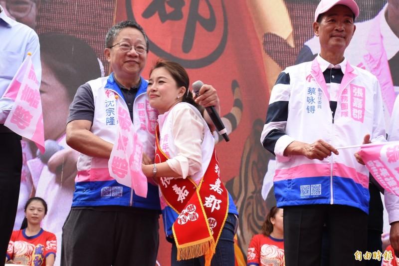 雲林議長沈宗隆(左)為張嘉郡(中)加油,並再次估票。(記者林國賢攝)