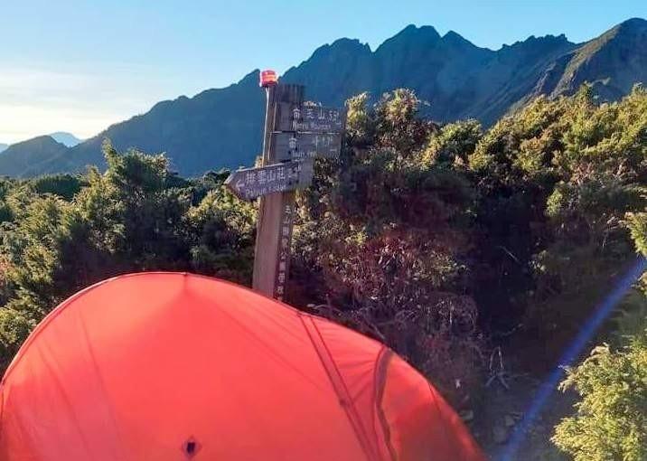 玉山圓峰營地登山口遭人搭帳篷影響進出動線,引發網友一片罵聲,也令玉管處不敢等閒視之。(記者謝介裕翻攝)