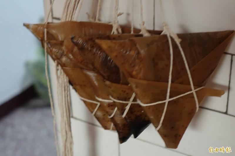 鹿港龍山寺「肉包阿伯」夏天賣涼粽,造型是三角扁形,連綁法都很特別。(檔案照,記者劉曉欣攝)