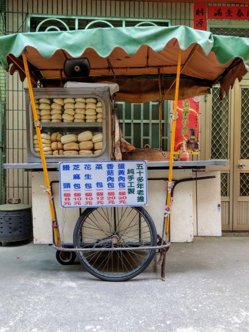 鹿港龍山寺「肉包阿伯」吳明財的攤車,曾是鹿港最美的街角風景之一。(施雲軒提供)