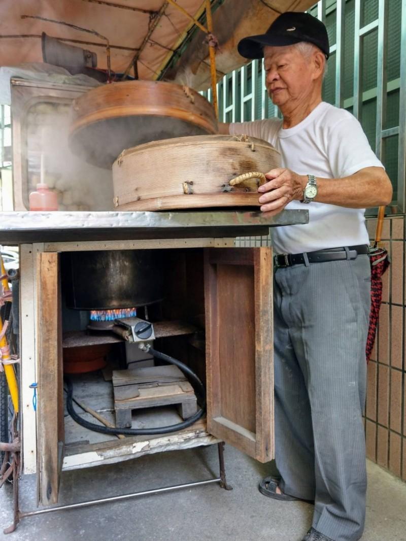 鹿港龍山寺「肉包阿伯」吳明財,今年11月3日還依舊出門賣包子饅頭。(施雲軒提供)