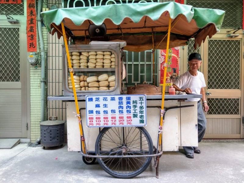 鹿港龍山寺「肉包阿伯」吳明財,今年11月3日還準備出門賣包子饅頭。(施雲軒提供)