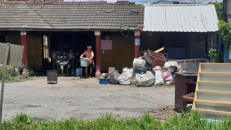 地藏威靈廟整修前,廟前堆積垃圾,遊民當廟公。(記者黃明堂翻攝)