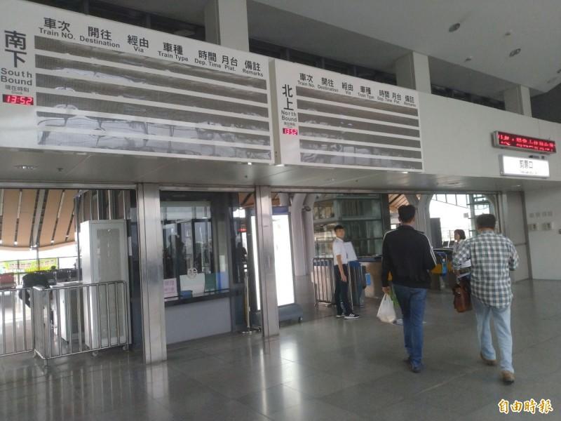 臺鐵花蓮站位於2樓剪票口上方的電子資訊看板,今天傳出故障,截至目前為止還未修復。(記者王錦義攝)