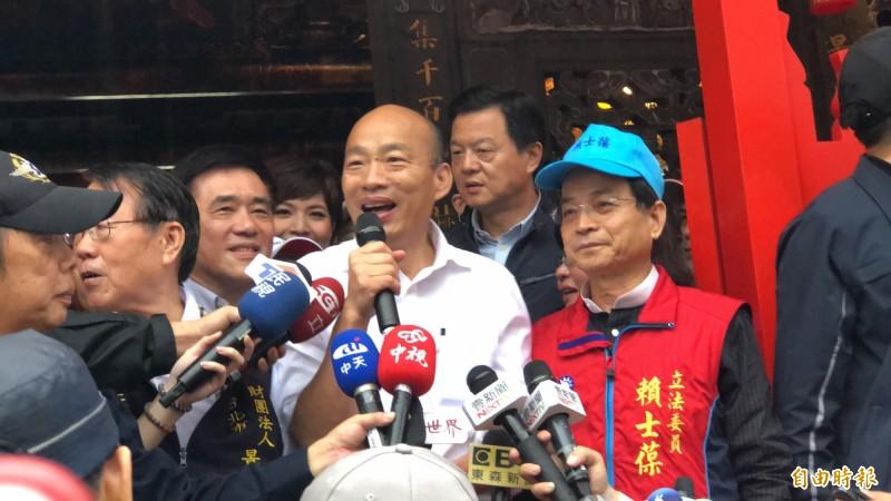 國民黨總統參選人韓國瑜到景美集應廟為立委參選人賴士葆助選。(記者許麗娟攝)