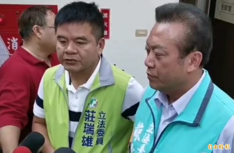 立委蘇震清(右)以無黨籍身分登記參選。(記者侯承旭攝)