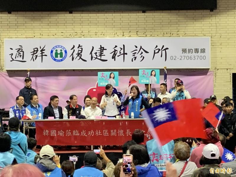 國民黨總統參選人韓國瑜今天下午到台北市成功社區,國民黨台北市黨部主委黃呂錦茹(圖中穿藍背心持麥克風站立者)致詞時卻提到,去年市長選舉輸3千多票,那時很多人在恨「為什麼韓國瑜不愛我們」,引起現場韓國瑜支持者一陣鼓譟。(記者郭安家攝)