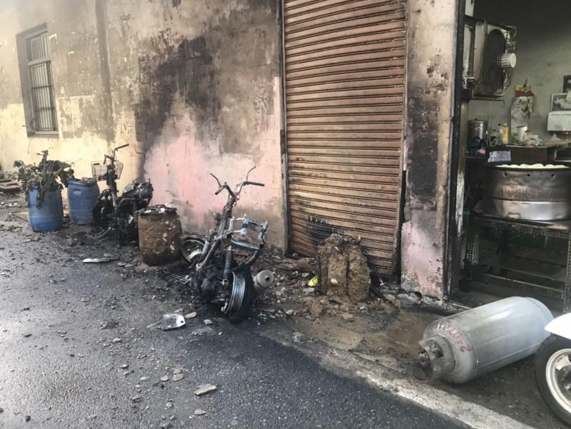 大里區塗城路和上興街口一家攤商,今天下午疑瓦斯管線起火,造成2輛機車遭焚燬。(記者陳建志翻攝)
