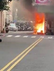 大里區塗城路和上興街口一家攤商,今天下午疑瓦斯管線起火,火勢一度猛烈相當嚇人。(記者陳建志翻攝臉書「大里人聊天室」)