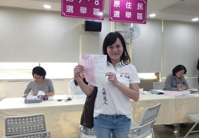 秦詩雁今前往高雄市選委會登記參選。(記者陳文嬋翻攝)