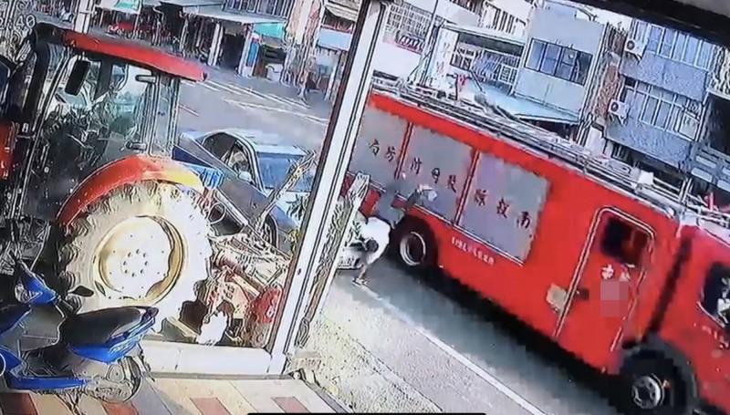 完成打火任務的消防車行駛中,其照後鏡撞飛行人。(圖擷自民宅監視器畫面)