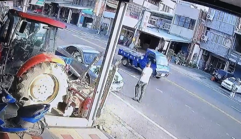 鄧姓行人反向前行繞過停在最內側的轎車。(圖纈自民宅監視器畫面)