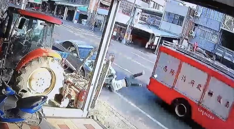 鄧姓行人被撞飛後再摔落路面。(圖纈自民宅監視器畫面)