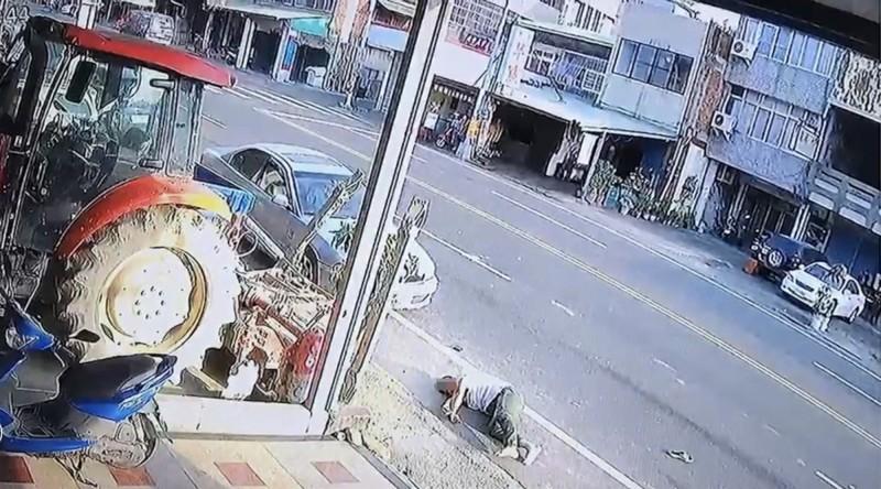 鄧男頭部著地摔落地面一隻鞋子還飛出去。(圖纈自民宅監視器畫面)