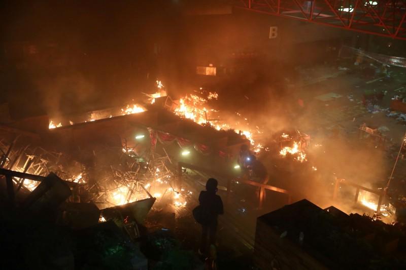 香港理工大學遭港警武力強攻,與示威者對峙,校園頓時陷入一片火海。(路透)