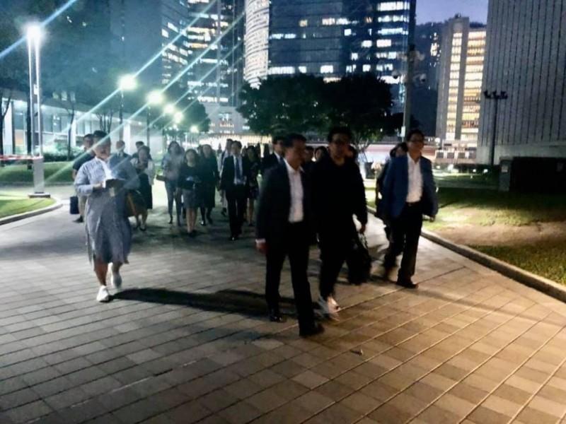理大學生會已確認其中6位中學校長將在社工陪同下進入校內,探望被困的中小學生。校長團也將在現場與政府代表接洽,討論化解衝突危機的安排。(圖取自臉書 Ip Kin Yuen 葉建源)