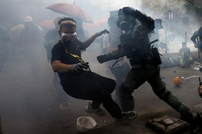 香港理工大學示威者今下午第三度試圖突破警方的包圍,再度爆發嚴重衝突。(路透)