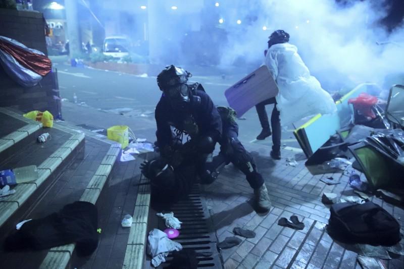 香港理工大學17日成為警民衝突戰場,警方在強勢圍攻理大之餘,也逮捕所有想離開理大的人。(美聯社)