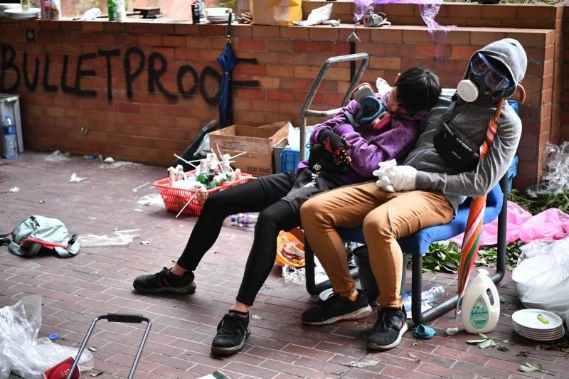 示威者在理大校內稍事休息。(法新社)