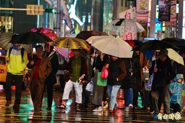 受到東北季風增強影響,氣象局晚上9點5分針對宜蘭縣、基隆市、台北市、新北市發布大雨特報,民眾外出別忘了攜帶雨具。(資料照)