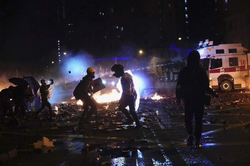 香港反送中行動持續延燒,香港理工大學17日成為警民衝突戰場。(美聯社)